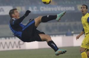 German Gustavo Denis, attaccante dell'Atalanta, esegue una rovesciata durante la partita Chievo-Atalanta allo stadio Bentegodi, Verona, 6 gennaio 2013. Filippo Venezia/Ansa