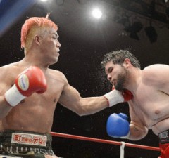 TOKYO, Japan - Japan's No. 1 rated heavyweight boxer Kyotaro Fujimoto (L) hits WBC 15th-ranked Chauncy Welliver of the United States in the sixth round of his first fight against a world-ranked boxer in the heaviest class at Korakuen Hall in Tokyo on Sept. 19, 2012. Fujimoto won with a unanimous decision. (Kyodo)